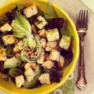 190. Caesar salad di pollo avocado, uva e fior di sale all'ibiscus