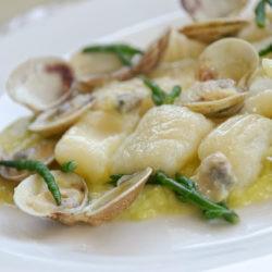 18.Gnocchi di patate, crema di porri al lemongrass,  vongole e salicornia di Giuliana