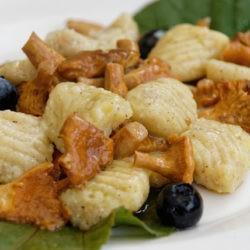 28.Gnocchi di patate, nocciole, finferli e mirtilli di Giuliana