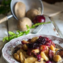 *33. Gnocchi di patate con cipolle di Tropea caramella e prugne appassite di Tamara