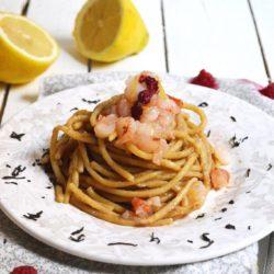 17. Spaghettone con gambero crudo, tè nero affumicato, lampone essiccato e scorza di  limone di Paola