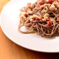 41. Spaghetti di grano saraceno con rana pescatrice all'arancia e ribes di Greta