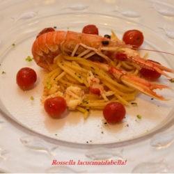 54. Spaghettoni al sugo di scampi, pomodorini caramellati e pistacchio di Bronte di Rossella