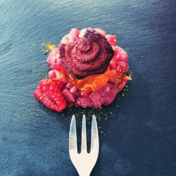 48. Anche no: Mangia e bevi ovvero tartare di manzo e simil speck d'anatra con molecola di Sherry Cobbler e verdure croccanti di Greta