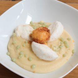 33. tortilla galleggiante su crema di patate affumicate, tuorlo fritto e sfere di gamberi e basilico di Valeria