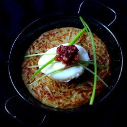 42. Mari, tortilla scomposta con uovo bavoso e cipollotto in agrodolce di Mari