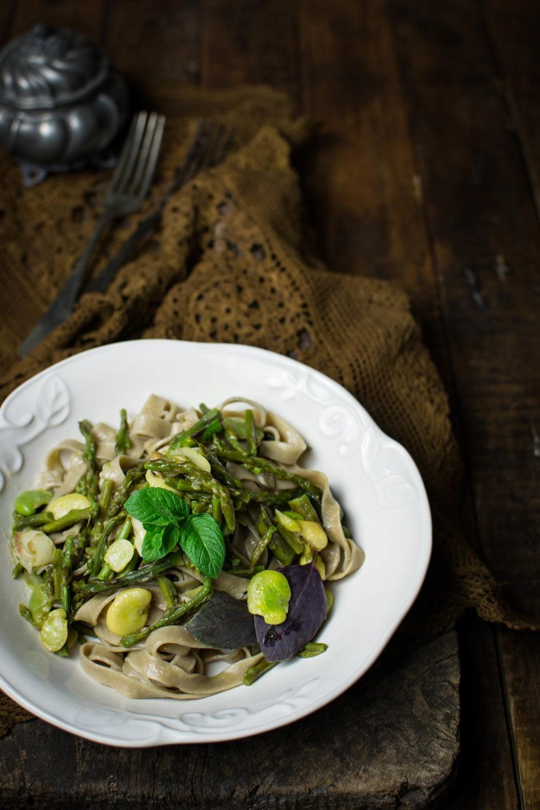 Tagliatelle alle erbe spontanee e aglio nero