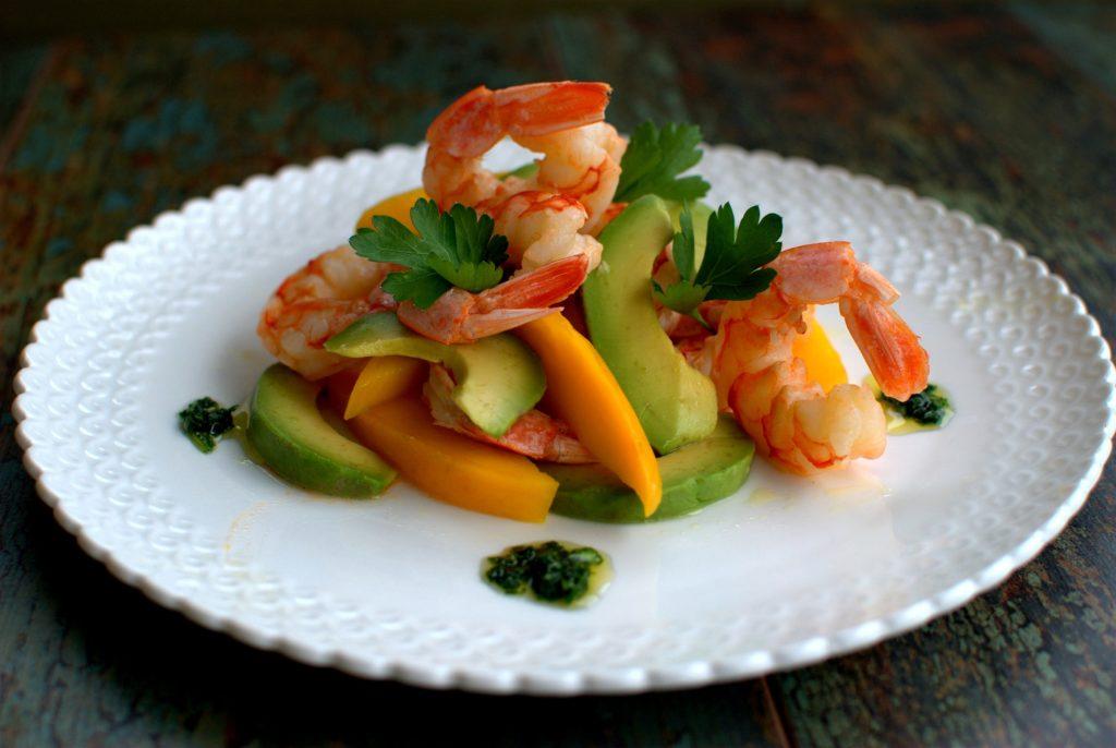 insalata di mango, avocado e gamberi