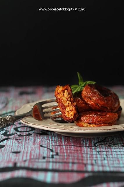 48. Fabiola, pomodoro secco fritto ripieno di riso rosso con salsa siciliana