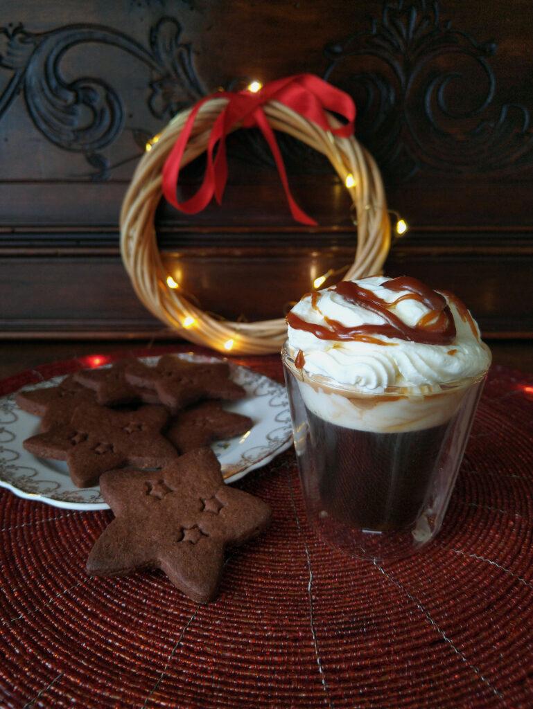 Caffè viennese al caramello con biscottini speziati al cacao