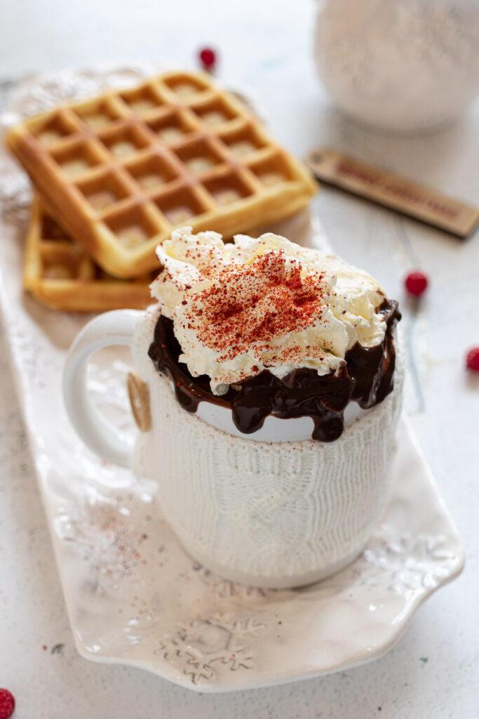 Cioccolata belga in tazza con peperoncino con Gaufres