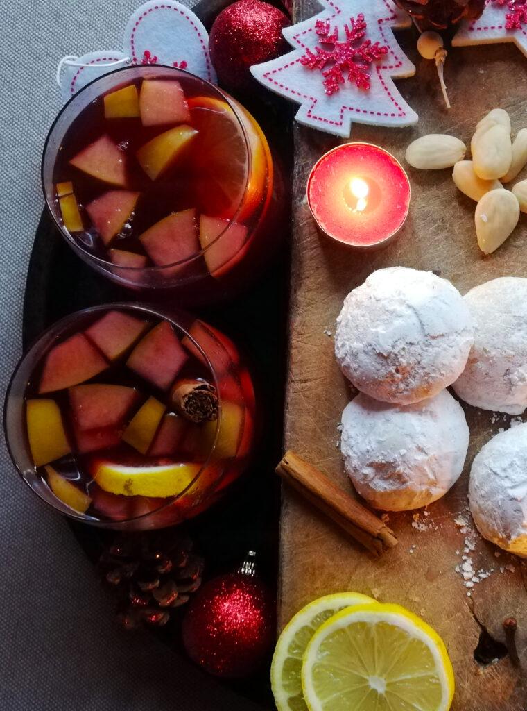 Ponche Navideño con Mexican Wedding Cookies